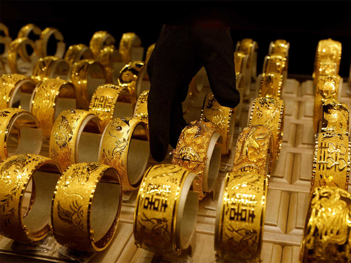 Gold jumps 1% fuelled by easing dollar, stimulus hopes