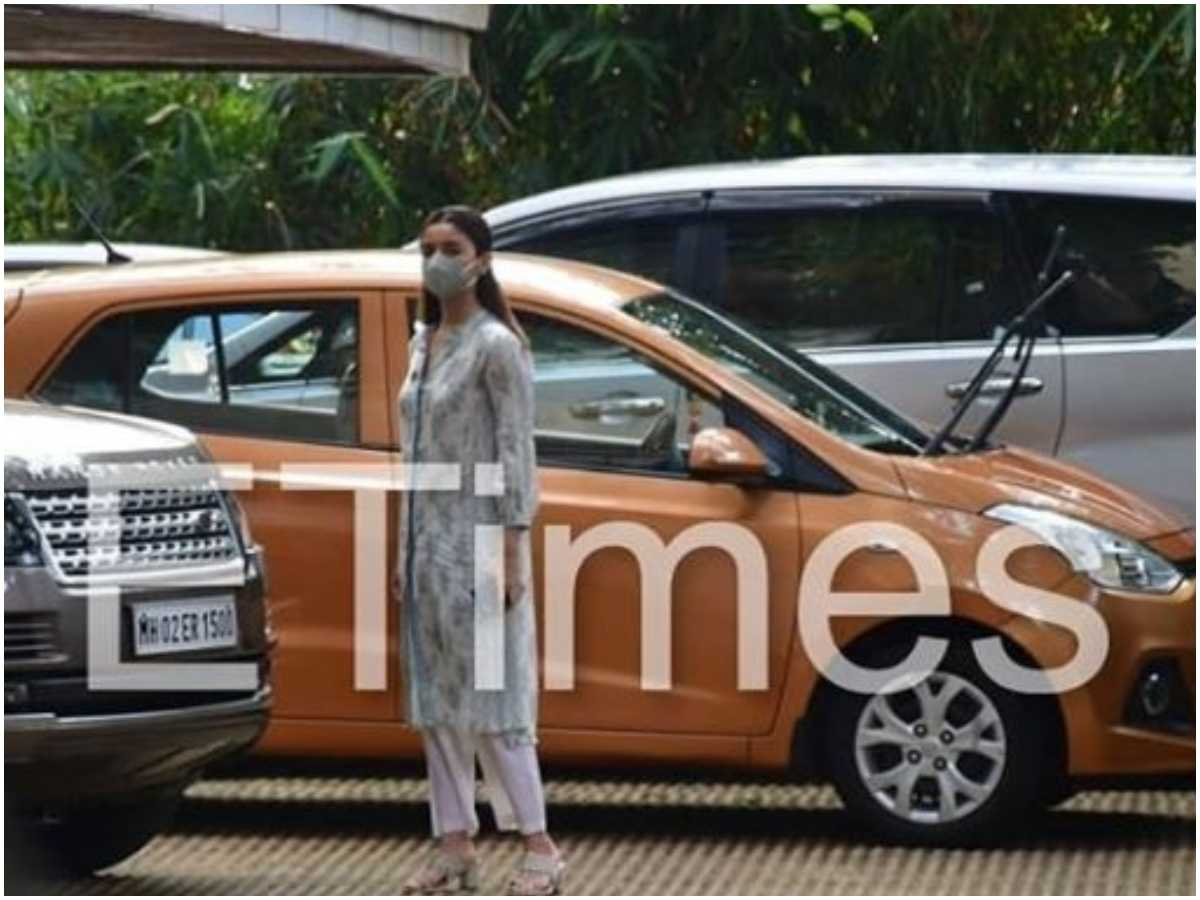 Pics: Alia snapped outside Neetu's house