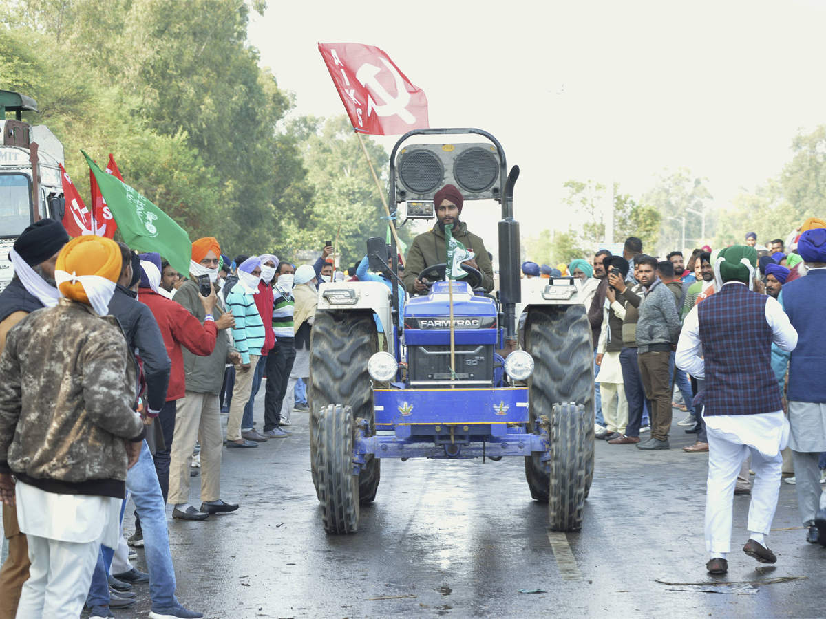 Tractor overturns at Delhi-Noida border, farmers put it back in no time