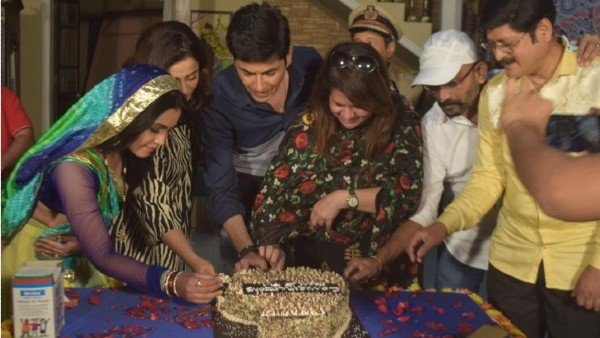Bhabiji Ghar Par Hain Completes The Six-Year Mark; Team Celebrates By Cutting Cake