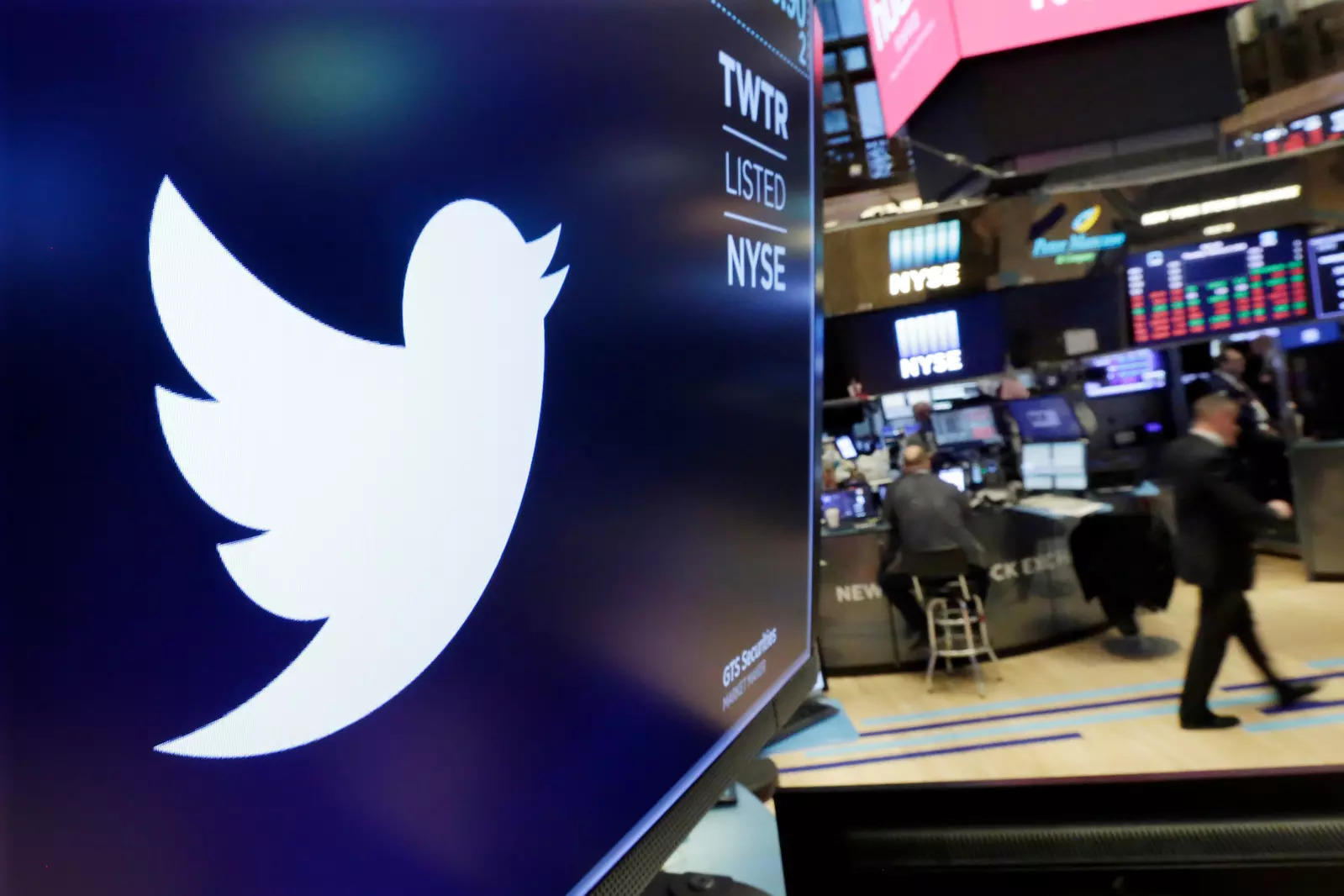 Twitter tumbles after digital ad sales disappoint